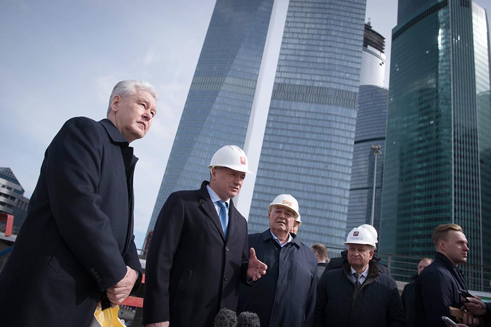 Мэр Москвы Сергей Собянин во время осмотра хода строительства железнодорожной эстакады