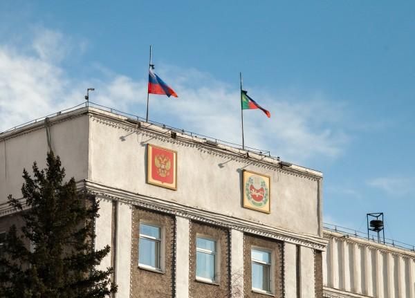 Приспущенные флаги в знак траура по погибшим в результате пожаров в Хакасии
