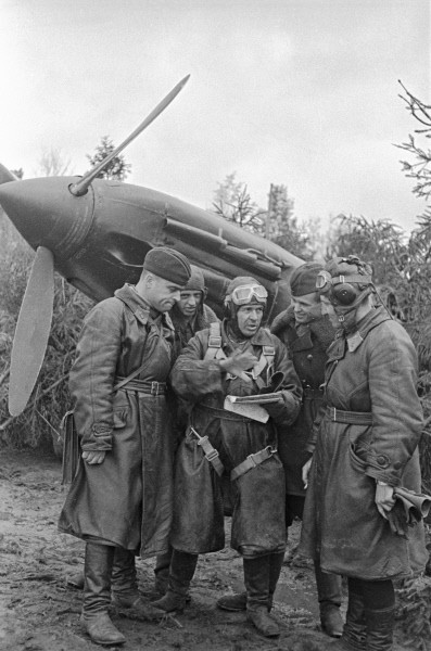 Советские летчики обсуждают тактику боя перед вылетом