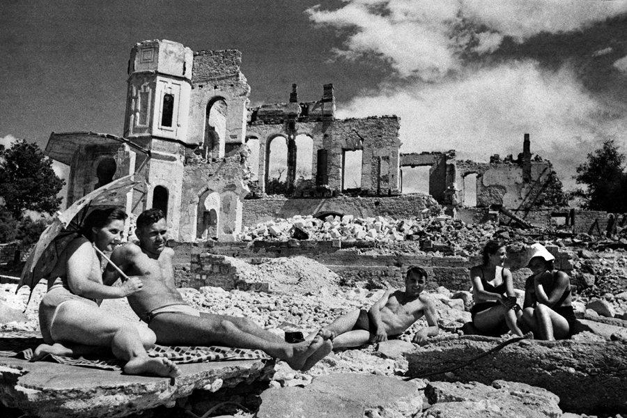 Жители Севастополя в разрушенном городе, 1944 год