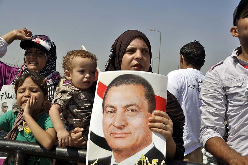Египтяне с портретом экс-президента Египта Хосни Мубарака