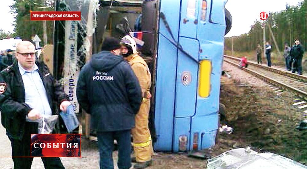 Полиция и МЧС на месте ДТП в Ленинградской области