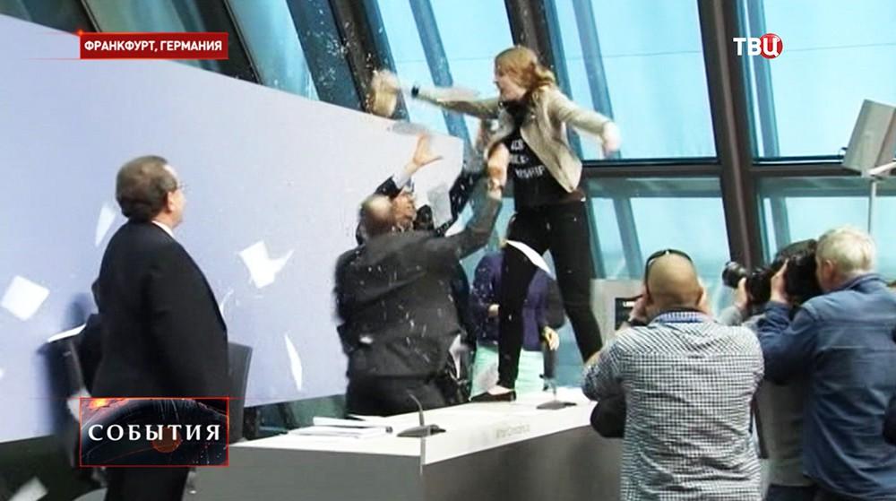 Во время нападения на главу Европейского Центробанка Марио Драги во время пресс-конференции