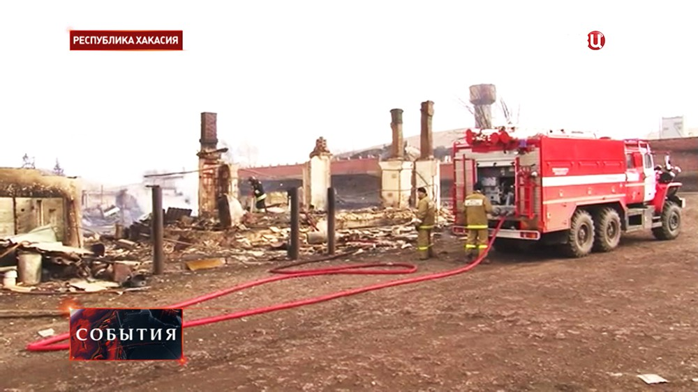 Пожарный расчет во время тушения возгорания
