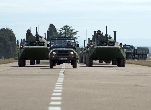 Бронетранспортеры БТР-80 во время репетиции парада Победы в Севастополе