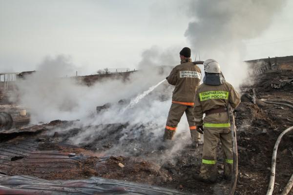 Сотрудники МЧС России работают в наиболее пострадавшем от пожара поселке