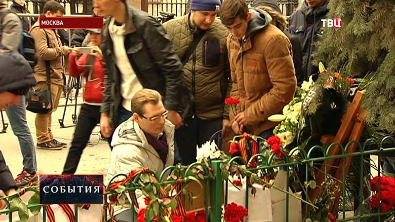 Люди прощаются с журналистом Олесем Бузиной