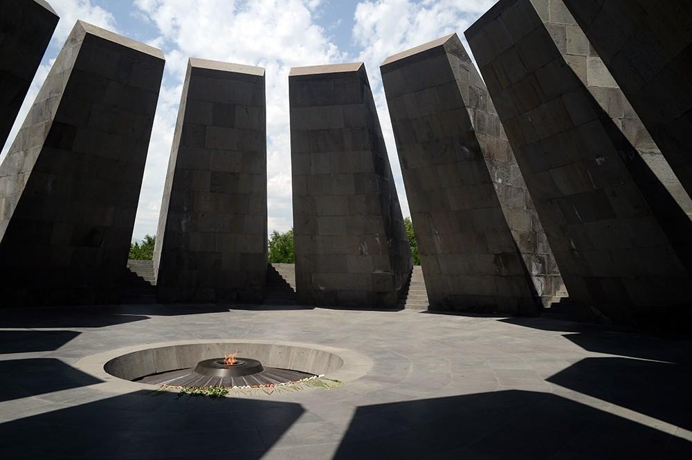 Мемориальный комплекс в память жертв геноцида армян на холме Цицернакаберд в Ереване