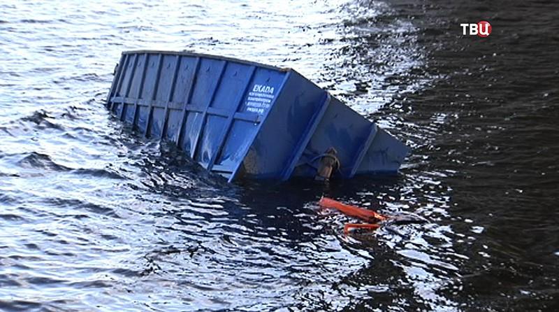 Грузовик упал в воду