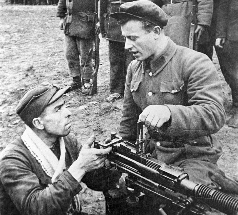 Партизаны отряда имени Котовского осваивают станковый пулемет