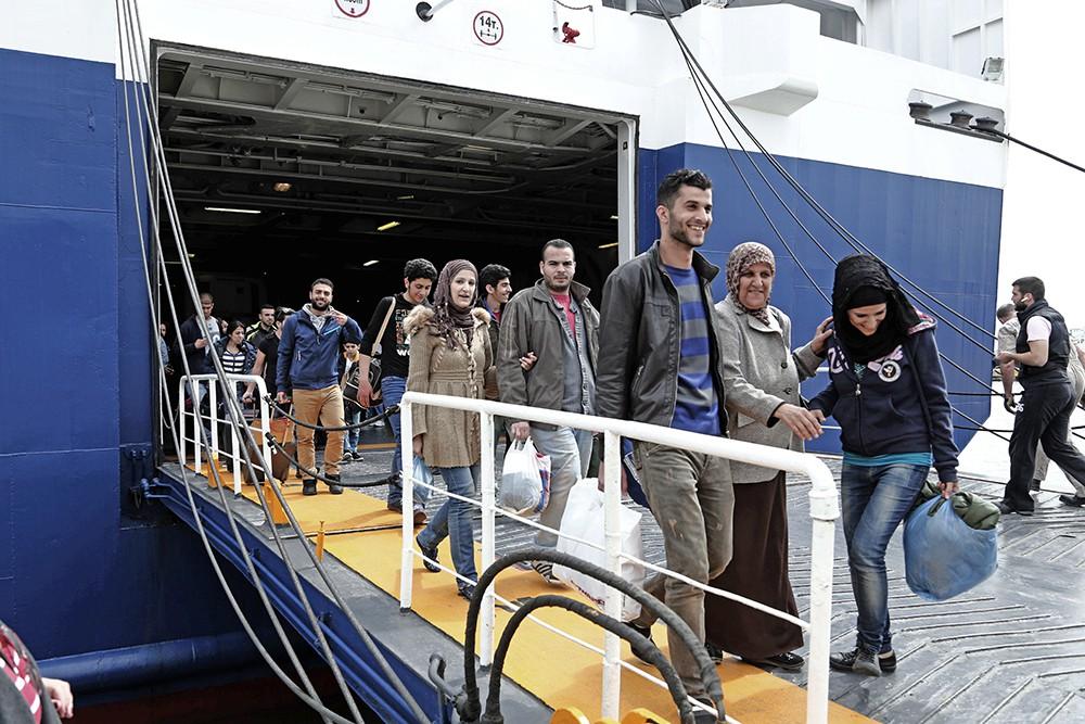 Мигранты сходят с парома