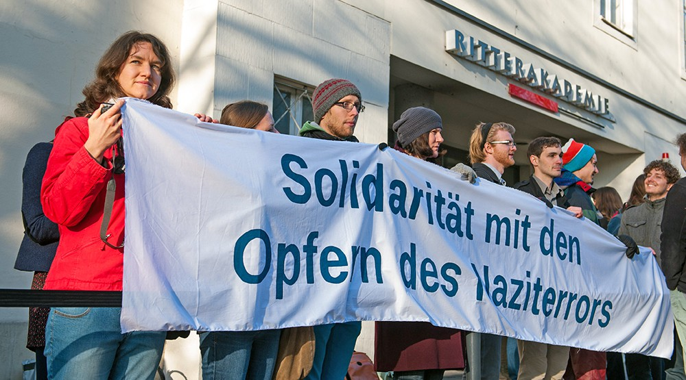 "Митинг у здания суда где идёт суд над ""бухгалтером из Освенцима"" Оскаром Грёнингом"