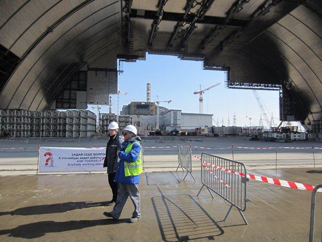 """Рабочие под строящимся новым """"саркофагом"""" на Чернобыльской АЭС"""