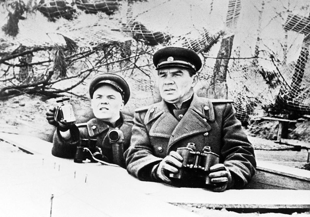 Командующий 8-й гвардейской армией генерал-полковник В.И.Чуйков и член военного совета армии А.М.Пронин стоят с биноклями на наблюдательном пункте