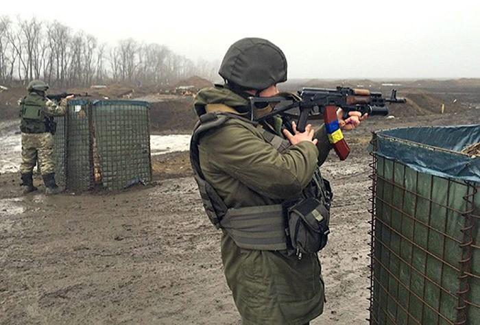 Украинские военные ведут стрельбу