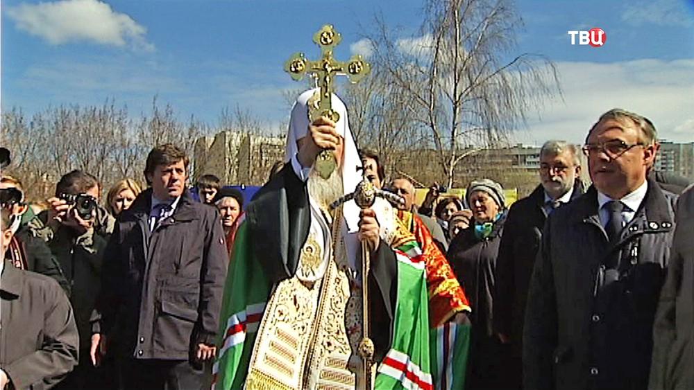 Патриарх Московский и всея Руси Кирилл освещает строительство храма