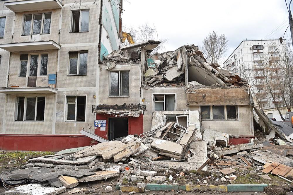 Разрушенная пятиэтажка