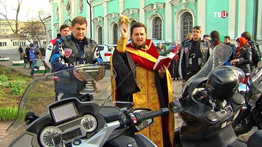 """Священнослужитель благословляет мотоколонну клуба """"Ночные волки"""""""
