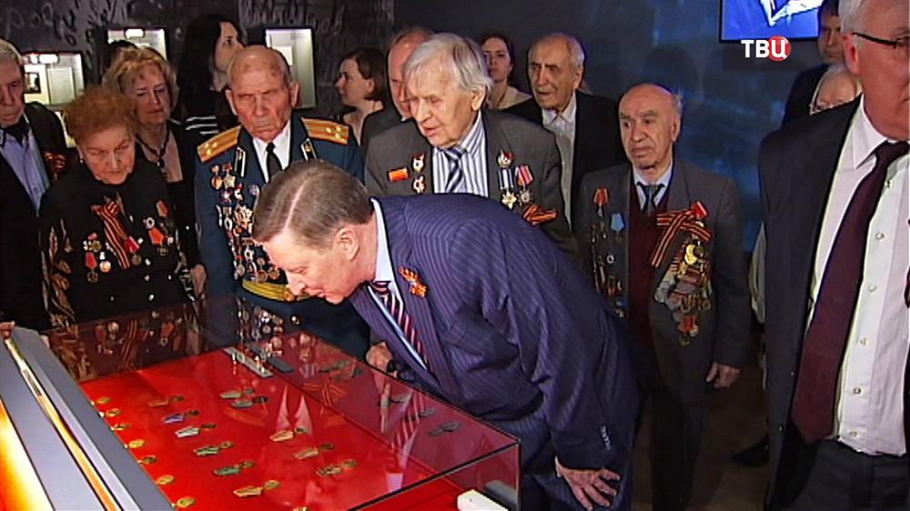 Сергей Иванов и ветераны осматривают выставку в Историческом музее