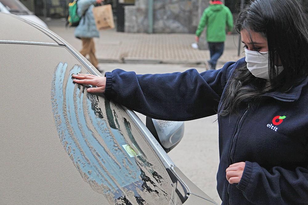 Вулканический пепел на улицах в Чили