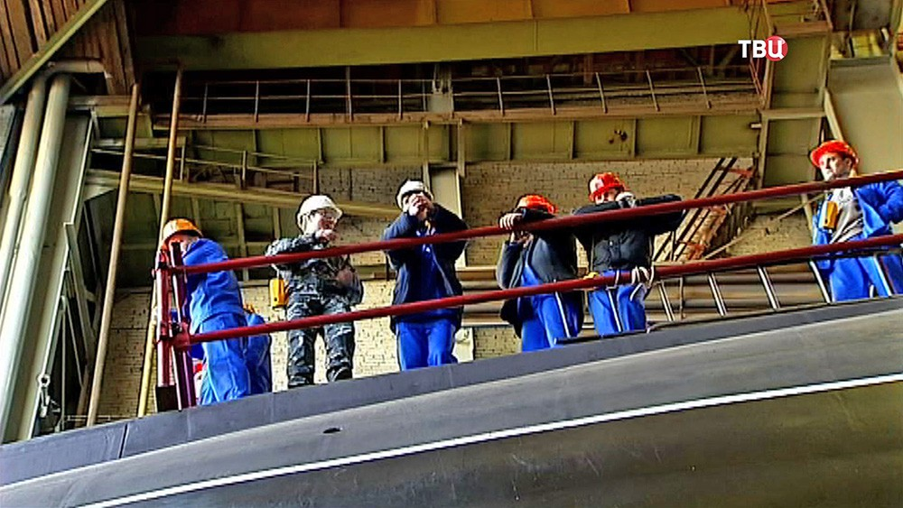 "Строители наблюдают за спуском на воду подводной лодки ""Краснодар"""