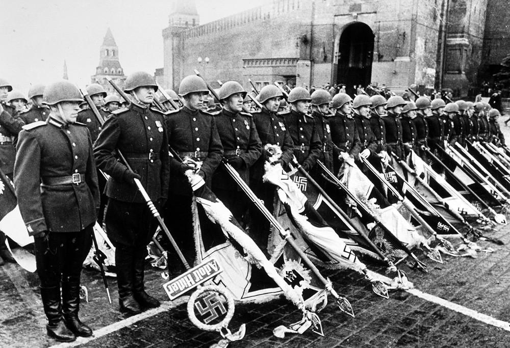 Солдаты Красной Армии со знамёнами немецкого вермахта во время празднования победы над нацистской Германией