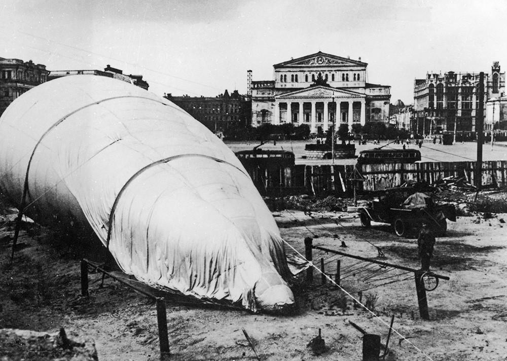 Оборонительный аэростат перед Большим театре