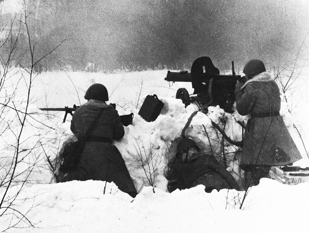 Советские войска ведут бой под Москвой