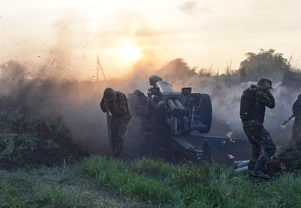 Украинские военные ведут обстрел в Донбассе