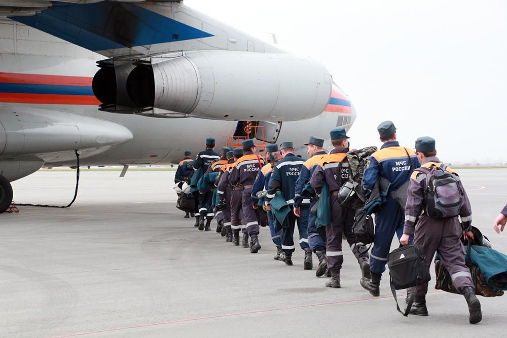 Отряд МЧС идет на посадку в самолёт