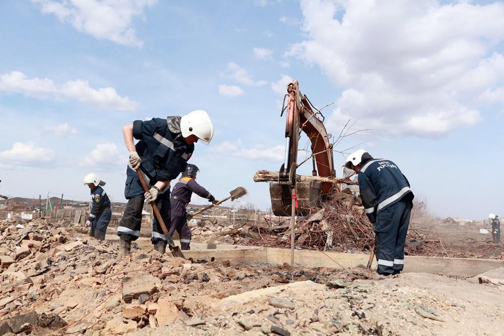 Спасатели МЧС России на месте сгоревшего поселка