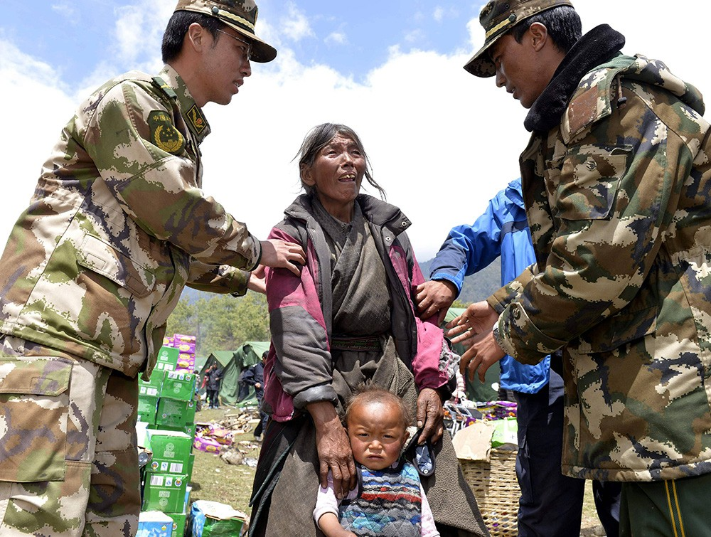Китайские военные и жители Непала