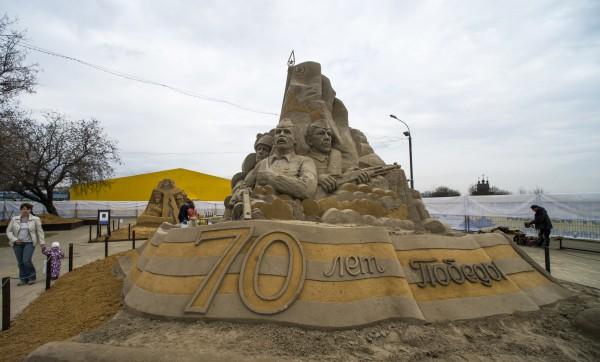 """Посетители на открытии выставки скульптур из песка """"Шедевры мировой литературы"""","""
