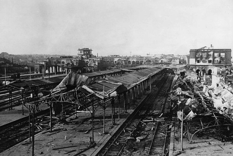 Разрушенная железнодорожная станция в Харькове, ноябрь 1941 года