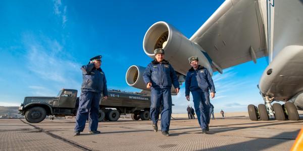 Сотрудники МЧС РФ во время подготовки самолета ИЛ-76 МД для тушения лесных пожаров в Забайкальском крае