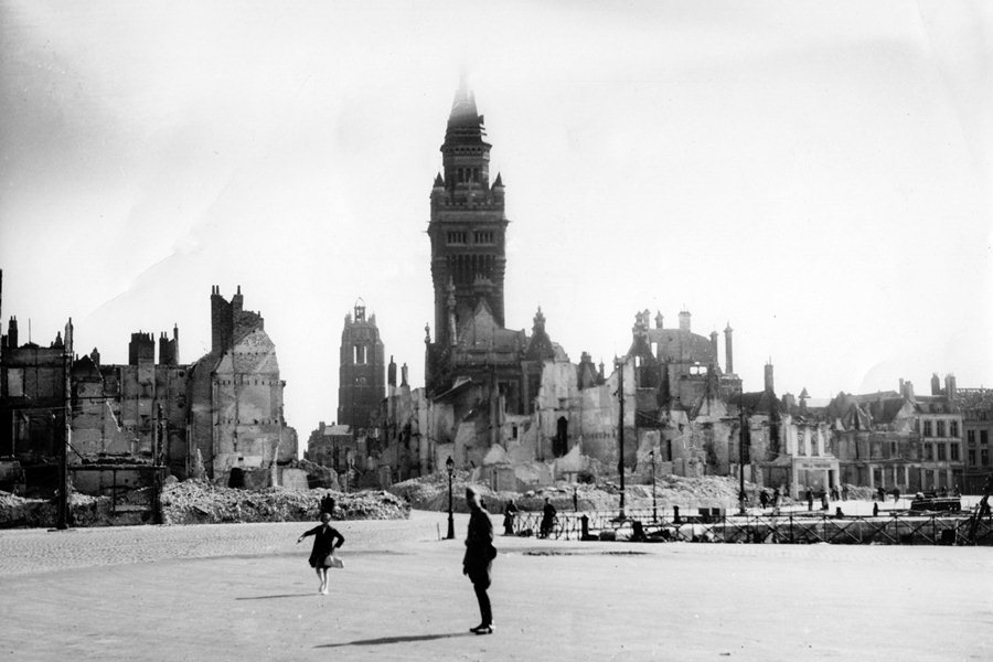 Город Дюнкерк на северо-западе Франции после авиаудара германских ВВС