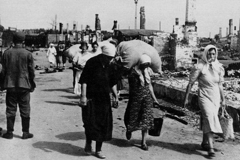 Жители покидают разрушенный в результате авианалётов Витебск