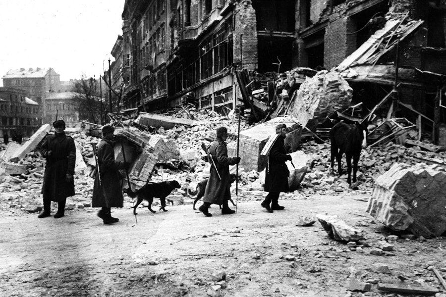 Советские солдаты на руинах Будапешта, 1944 год