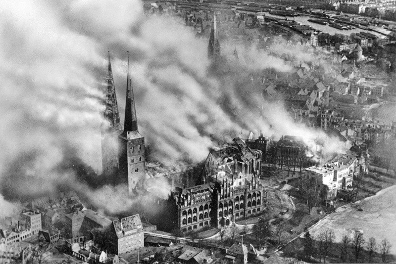 1942 год. Бомбардировка ВВС Великобритании немецкого города Любек в качестве операции возмездия за разрушение британского города Ковентри в 1940 году