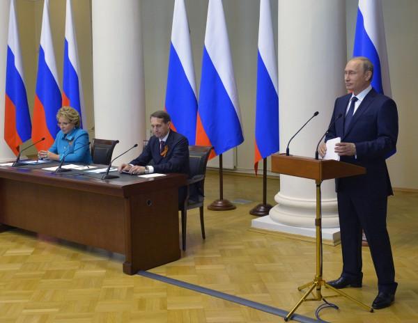 Президент России Владимир Путин выступает во время встречи с членами Совета законодателей РФ