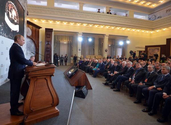 Президент России Владимир Путин выступает на заседании попечительского совета Русского Географического общества