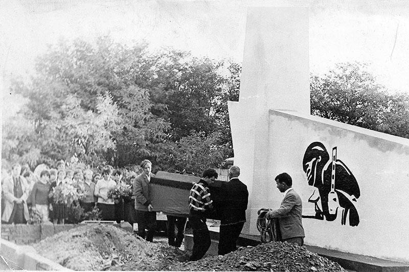 """Церемонии перезахоронения  в братскую могилу у обелиска группы """"Максим 66"""". 1 октября 1967 года."""