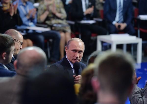 Президент России Владимир Путин во время выступления на медиафоруме Общероссийского народного фронта в Санкт-Петербурге