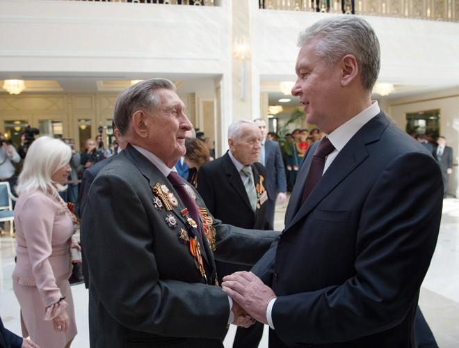 Сергей Собянин и ветеран ВОВ на торжественной церемонии в Совете Федерации