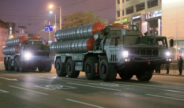 Колонна военной техники во время репетиции парада Победы в Калининграде