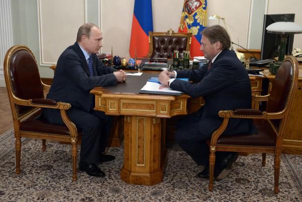 Президент России Владимир Путин и уполномоченный при президенте РФ по защите прав предпринимателей Борис Титов во время встречи