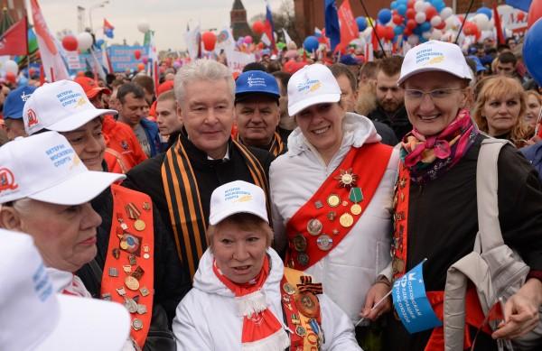 Мэр Москвы Сергей Собянин с участниками шествия профсоюзов