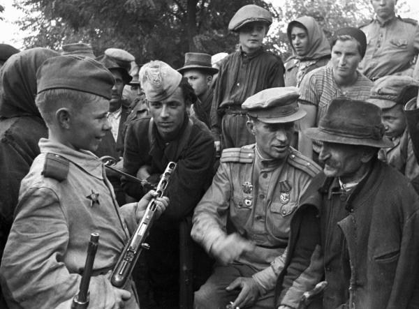 Советский офицер рассказывает жителям села о боевых заслугах Вити Жайворонка