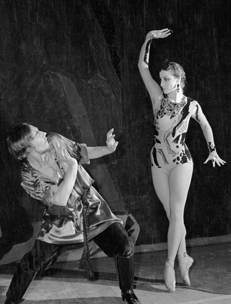 """Балерина Майя Плисецкая в сцене из балета С. Прокофьева """"Каменный цветок"""""""