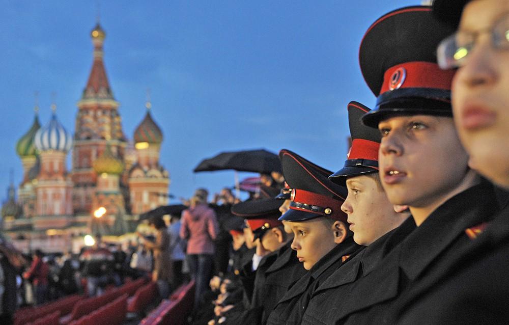 Кадеты смотрят репетицию парада на Красной площади